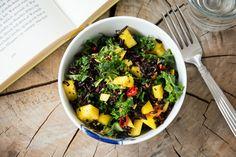 Mangosalat med sorte ris og grønkål - Emily Salomon
