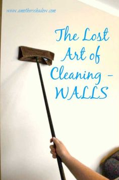 cleaning walls Have you ever cleaned your walls See why it is important and how to do it easily with this hack. Plus explore these 17 Genius Bathroom Cleaning Hacks and Tips will help you super clean like a professional! Cleaning Painted Walls, Cleaning Walls, Deep Cleaning Tips, House Cleaning Tips, Diy Cleaning Products, Cleaning Solutions, Spring Cleaning, Furniture Cleaning, Cleaning Checklist