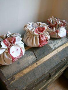 Sur les conseils de mon amie Gaelle j'ai commencé à créer mon livre photo avec PIXUM ! Grâce à Pixum et à CanalBlog, il est possible de... Needle Case, Needle Book, Creation Couture, Linens And Lace, Patchwork Bags, Pin Cushions, Pillows, Handmade Bags, Quilt Making