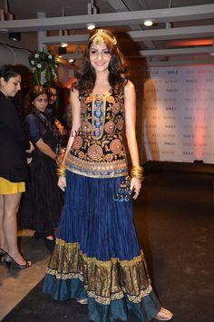 Anushka Sharma in Ritu Kumar - love the whole look