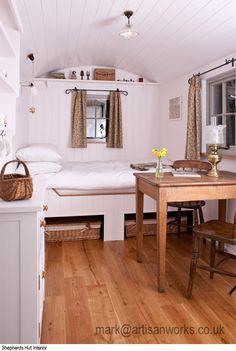 Die Gartenhaus-Idee: Streichen Sie die Wände Ihres Gästehauses in Weiß - Das ist nicht nur gemütlich, sondern lässt den Raum größer erscheinen.