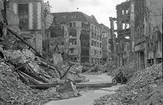 Die Kurstraße mit Blick zum Spittelmarkt. Im Hintergrund ein zerstörter sowjetischer Panzer T-34/85 © Stadtmuseum Berlin   Foto: Cecil F.S. Newman