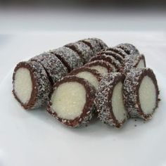 Salam de biscuiti Raffaello. Este desertul pe care il iubim cu totii, mai ales ca am crescut cu el