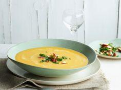 Vegan, gesund und unglaublich lecker ist diese Powersuppe aus Kichererbsen und Süßkartoffeln. Frischer Kurkuma und Ingwer verleihen der Suppe das gewisse Etwas und sorgen für eine angenehme Würze. Wir wünschen guten Appetit!