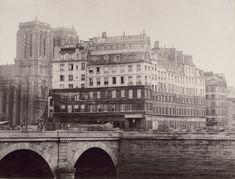 """La Belle Jardinière a été fondé en 1824 sur l'île de la Cité, c'est le premier grand magasin parisien regroupant en un même lieu des espaces de vente et des ateliers de confection ; permettait de proposer des vêtements de """"prêt-à-porter"""" à une clientèle aux revenus modestes.   La Belle Jardinière en 1864, la magasin fait l'objet d'une expropriation afin de construire l'hôpital de l'Hôtel-dieu."""