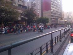 A esta hora así esta gentío en Chacao esperando transporte luego de la falla en el Metro. pic.twitter.com/R2EYY6O9nq vía @Orlando Guidicci Scaglietti