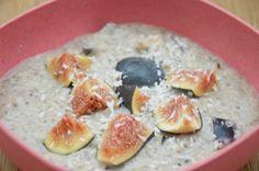 Lieblingsfrühstück Tsampa Brei mit Früchten - Tsampa ist geröstete und gemahlene Gerste und ein Grundnahrungsmittel in Tibet.