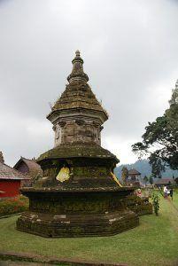 Stupa Buddha di Pura Ulun Danu Beratan