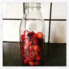 Lykkes Lækkerier: Jordbærlikør Gin, Strawberry, Food And Drink, Snacks, Fruit, Drinks, Recipes, Decor, Drinking