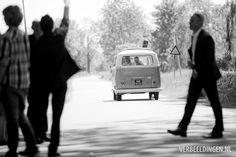 Waving good-bye bride and groom in VW bus at the church / het bruidspaar in de VW bus uitzwaaien bij de kerk