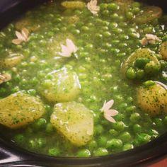Patatas en salsa #verde con guisantes tiernos