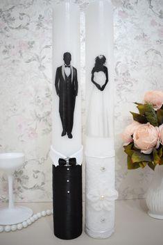 Lumanarile sunt disponibile in mai multe dimensiuni si se pot adapta in functie de tema evenimentului dvs. Lumanari de nunta cu mire si mireasa realizate manual, imprimate in ceara (in interior) cu mire si mireasa, decorate cu dantela, saten, perle albe si ace cu cristale swarovski.  Lumanarile pot fi personalizate la cerere cu numele sau initialele mirilor/nasilor si/sau data nuntii – trebuie doar sa le adaugi in formularul text personalizat, personalizarea este gratuita. Candels, Pillar Candles, Wedding Glasses, Candle Sconces, Bride Groom, Wall Lights, Nasa, Monkey, Swarovski