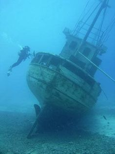 Scuba dive in a shipwreck Abandoned Ships, Abandoned Places, Underwater Shipwreck, Technical Diving, Ghost Ship, Deep Blue Sea, Jolie Photo, Scuba Diving, Padi Diving