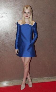 Dakota Fanning in een korte blauwe jurk van Valentino.