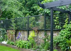 Contemporary & traditional trellis – horizontal trellis & vertical trelliswork, garden joinery: Lloyd Christie Garden Architecture Richmond, London UK To … Wall Trellis, Trellis Fence, Garden Trellis, Trellis For Privacy, Metal Trellis, Outdoor Privacy, Lattice Fence, Privacy Screens, Garden Planters