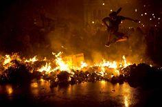 Un homme saute au-dessus d'une barricade à Rio de Janeiro, le 7 octobre.