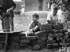 Niños de Berlín occidental jugando a construir un muro. Octubre de 1961. Paul Schutzer