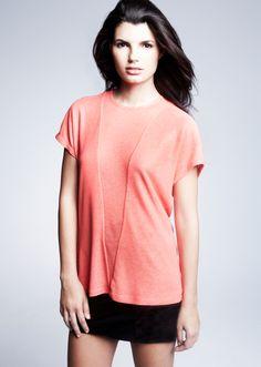 Las camisetas de colores coral son las tendencias de moda, son muy apropiadas y cómodas para cualquier ocasión.  Ya a la venta online!