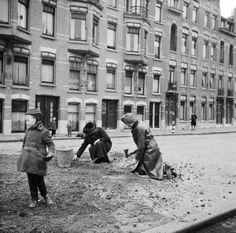 Kooltjes zoeken op de Bergselaan tijdens de Hongerwinter, Rotterdam (1944-1945)