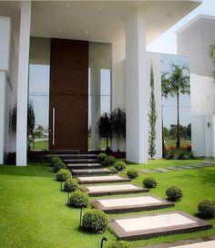 Fachada linda e contemporânea com pé direito duplo um belíssimo paisagismo para complementar. Love it Via @decoramundo Projeto Andrea Bidoia