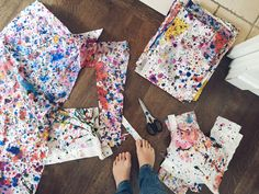 Love this idea for a Jackson Pollock art lesson and collaborative project! Each kid gets to take home a piece of the canvas