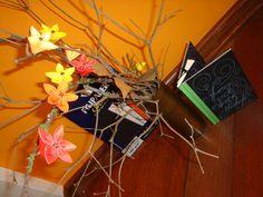 """[ Segunda postagem do mês de Junho de 2016 – Filipaper Classic: preto ] Lettering com giz em lousas, painéis e papéis! Resolvi experimentar e fazer um livro unindo dobradura, lettering com lápis de cor branco, no lugar de giz, e reproduzi uma frase do David Carter, que gosto muito: """"Floresça onde estiver plantado"""". https://yamashitatereza.wordpress.com/parceria-filiperson-artista-qualificada/ O papel está à venda na loja virtual, é só acessar: www.lojafilipaper.com.br."""