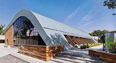 Dach einer Sporthalle in RHEINZINK prePATINA blaugrau
