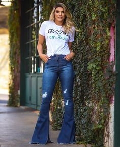 "If you have been under the impression that flare jeans are meant only for those who belong to the ""younger"" … Casual Chic Outfits, Jeans Casual, Flare Jeans Outfit, Flare Pants, Cool Outfits, Summer Outfits, Fashion Outfits, Sexy Jeans, Bell Bottom Pants"