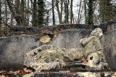 Edifice gallo-romain construit à la fin du Ier s. .La Nymphe de Septeuil - Yvelines .La statue originale est conservée au Musée d'Archéologie Nationale du Château de Saint-Germain-en-Laye.