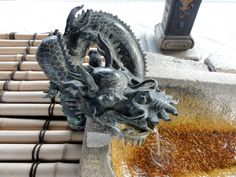 Temizuya (Brunnen), um sich die Hände und den Mund zu reinigen – Higashi Honganji Temple