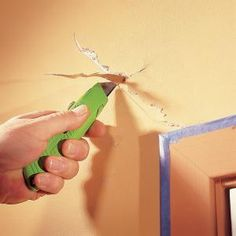 Easy Home Repair Hacks - Repair a Drywall Crack - Quick Ways To Fix Your Home With Cheap and Fast DIY Projects - Step by step Tutorials, Good Ideas for Renovating, Simple Tips and Tricks for Home Improvement on A Budget Preparing Walls For Painting, Painting Tips, Family Painting, House Painting, Painting Art, Diy Projects To Try, Home Projects, Home Renovation, Home Remodeling