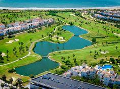 Costa-ballena-rota.En Rota podemos encontrar Costa Ballena. Un complejo de 400 hectáreas compuestos principalmente por zonas verdes, lagos, playas y campos de golf. Este centro turístico diseñado hace más de diez años cuenta con más de 4 kilometros de playa virgen y aguas cristalinas, de hecho, la Playa de la Ballena es una de las playas de Cádiz con bandera azul.