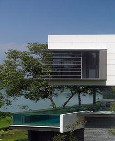 Piscina con paredes de cristal #pool #piscina #piscinadecristal #design