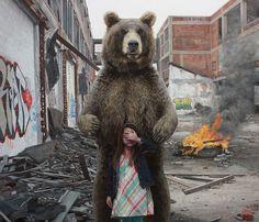 Kevin Peterson pinta muros con graffitis, niñas y animales salvajes