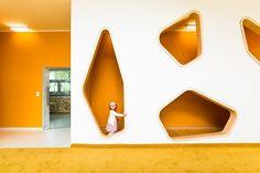 Empezamos la semana con una nuevo proyecto educativo para niños rodeado de buen diseño. Cuando veas todos los rincones de este espacio, querrás llevar a tus niños a una guardería tan espectacular. Su diseño es digno de una galería de arte, y ha sido ideada por los arquitectos Józef Franczok y Marcin Kolanus. Su idea …