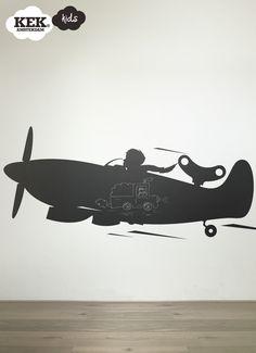 TOYS FOR BOYS Airplane  Schoolbordsticker  Deze muursticker in de vorm van een stoer vliegtuig is gemaakt om op te krijten. De zelfklevende schoolbordfolie kun je makkelijk met een vochtige doek afnemen. Bekijk ook eens de monsterlijke Monstertruck of razendsnelle Rocket!