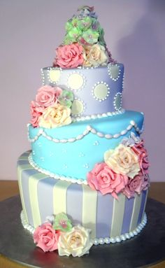 Topsy-turvy wedding cake... just beautiful =)