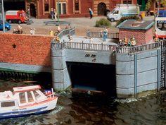 Diese kleine Barkasse steuert auf eine Schleuse nahe der Speicherstadt zu. Nur so lässt sich bei einer Fahrt in die Binnengewässer (Alster...) der Tidenhub der Elbe ausgleichen. Im neuen Skandinavien-Bauabschntt gibt es sogar eine vorbildgetreue Simulat