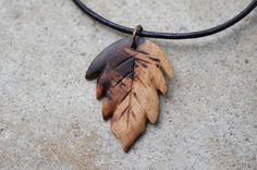 Kette Holz am Lederband - Blatt aus Rebholz von fabol auf DaWanda.com