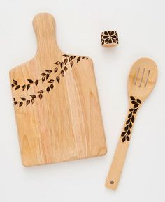 DIY Wood Burning Made Easy DIY Geschenk: Holz gravieren<br> Wood burning made super simple with these easy-to-tackle DIY projects. Wood Burning Crafts, Wood Burning Patterns, Wood Burning Art, Wood Burning Projects, Wood Projects For Beginners, Diy Wood Projects, Bois Diy, Diy Cutting Board, Wood Cutting Boards