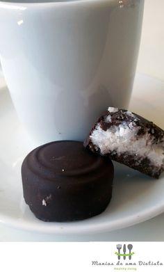 Bombons Fit de coco com cobertura de chocolate (sem açúcar refinado) – Manias de uma Dietista