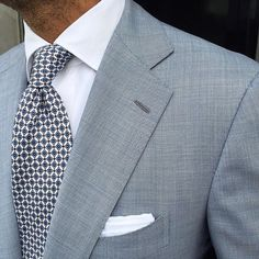 """Viola Milano """"Floral Print Pattern self-tip silk - White"""" tie & handrolled White Cotton pocket square worn by Mens Fashion Suits, Mens Suits, Herren Outfit, Suit And Tie, Well Dressed Men, Gentleman Style, Style Inspiration, Pocket Squares, Men's Style"""