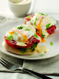 Italian Eggs Benedict - A delicious twist to the traditional eggs Benedict! These are made with delicious prosciutto ham, f - Egg Recipes, Brunch Recipes, Great Recipes, Breakfast Recipes, Cooking Recipes, Easy Eggs Benedict, Eggs Benedict Recipe, Italian Breakfast, Best Breakfast