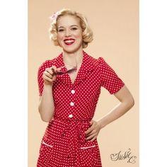 Heerlijk luchtige jurk van chiffon met korte mouwen, een blouse-kraagje en decoratieve knoopjes. In rood met witte polkadotprint. Het jurkje heeft twee steekzakjes en een ceintuur in dezelfde stof. Ritssluiting in de zij.