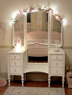 girl's+vanity | ... this vanity is its tri fold mirrors the vanity has been refinished a