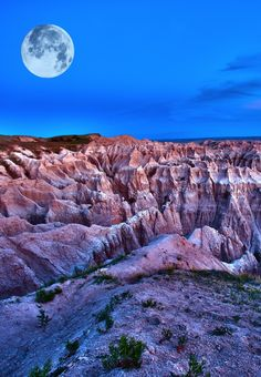 Discover the breathtaking Badlands National Park in South Dakota.