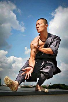 A monk demonstrating Shaolin kung fu - Sport EUT Shaolin Kung Fu, Kung Fu Martial Arts, Chinese Martial Arts, Bruce Lee, Tai Chi, Fighting Poses, Martial Arts Styles, Human Poses Reference, Ju Jitsu