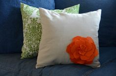 Easy peazy DIY felt flower pillow on Crap I've Made :)