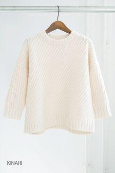 GRANDMA MAMA DAUGHTER バイアスショートニット身頃と袖の編み方を変えた、温かみのあるローゲージニットです。   ウールの中でも保温性に優れたラムズウールを使用し、さまざまなケーブルパターンが風合いの良さを際立たせています。  ドロップショルダーのゆったりしたサイズ感に、少し短めに仕上げた袖がすっきりと女性らしい印象に。  長すぎない丈なのでボリュームのあるボトムスともバランスが良く、様々なコーディネートが楽しめそうです。  シンプル�%