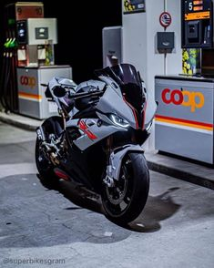 Bike Bmw, Cool Motorcycles, Motorcycle Paint Jobs, Motorcycle Bike, Bmw 1000rr, Best Motorbike, Bike Photoshoot, Custom Sport Bikes, Motorcycle Photography